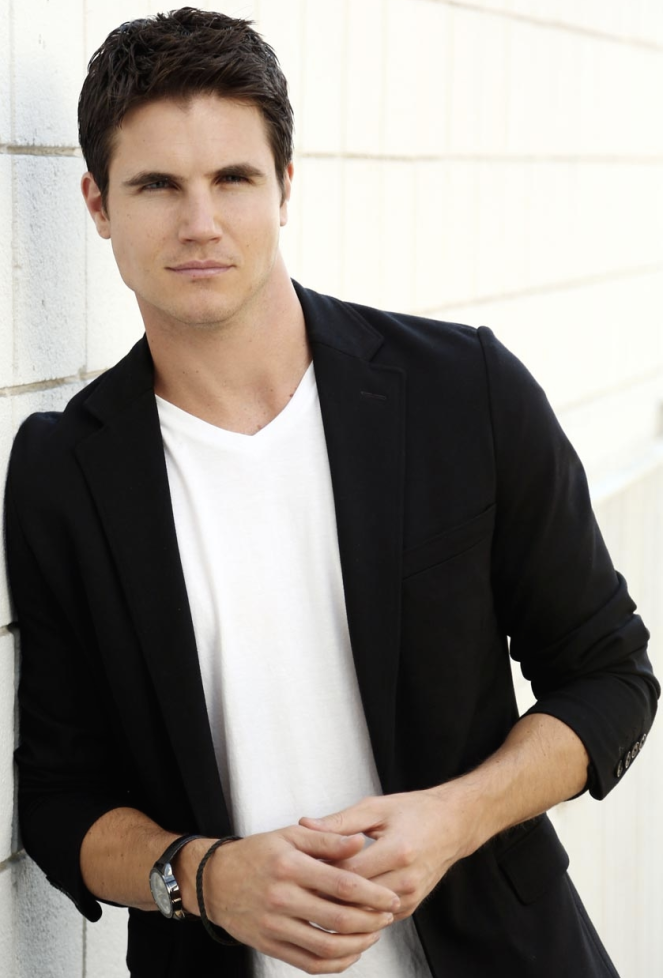 Robbie_Amell